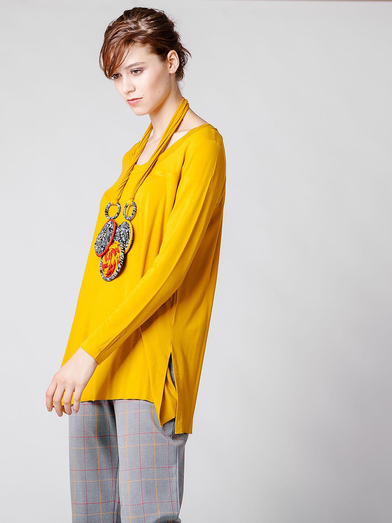 T-shirt in jersey con girocollo torsion