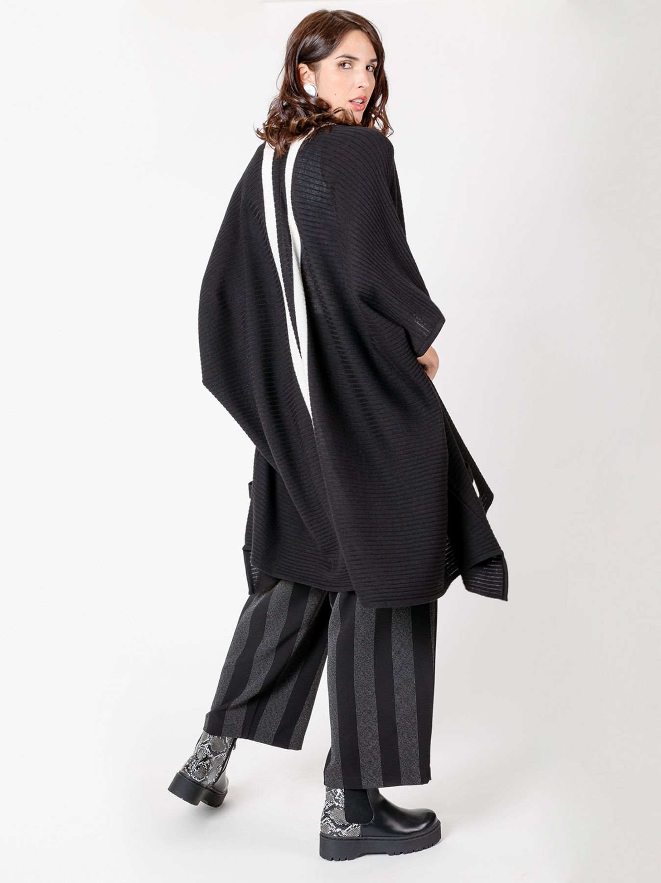 Mantella poncho oversize nera con profili a contrasto
