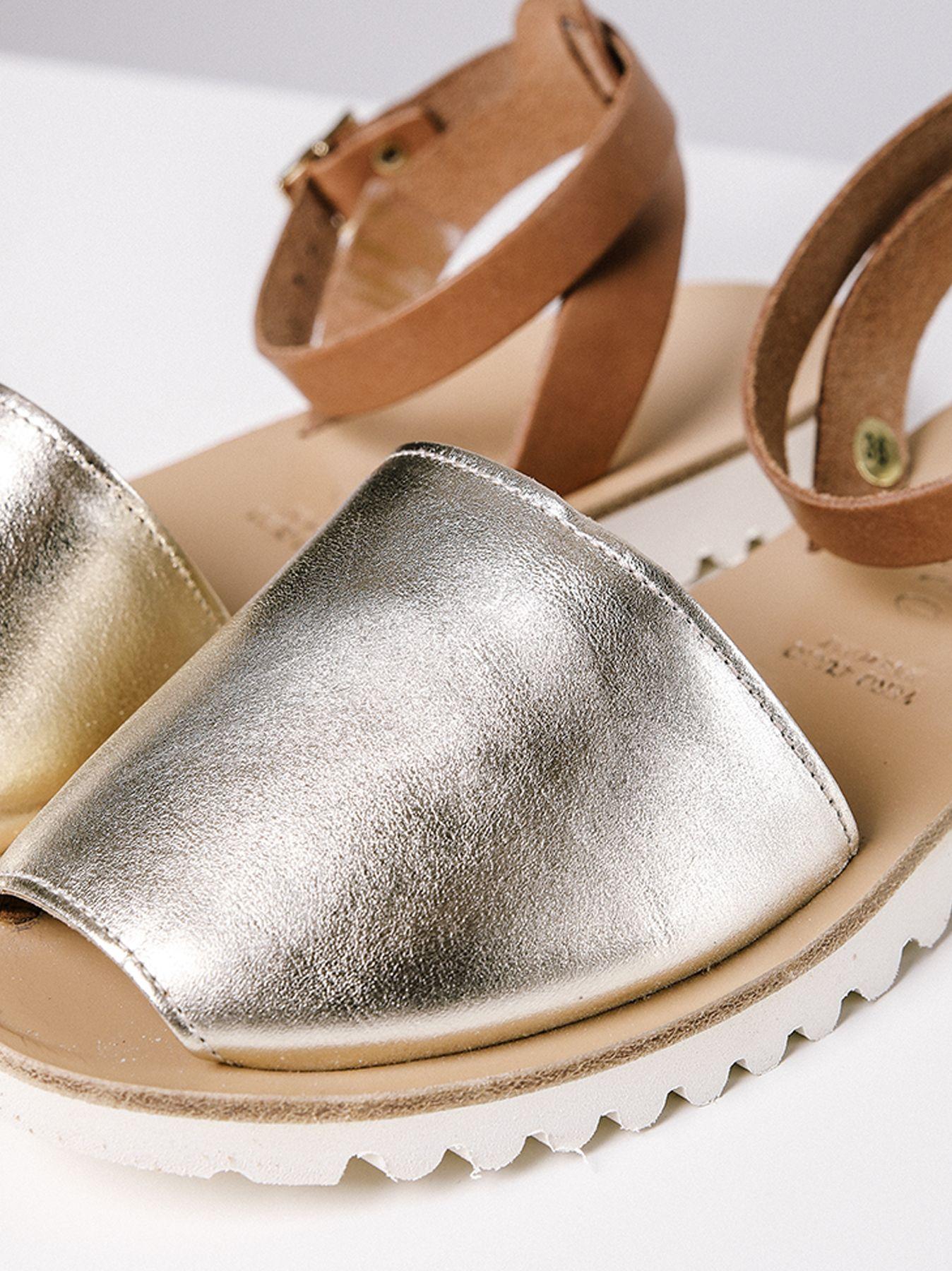Sandalo modello maiorchina con tomaia dorata